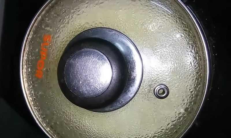 Đun sôi hỗn hợp chanh, giấm và muối