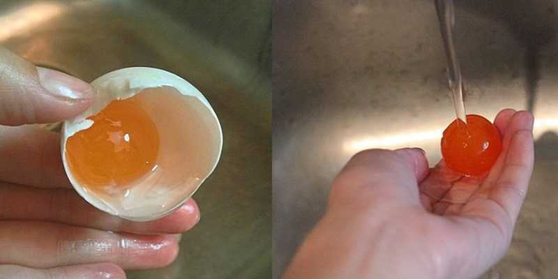 Xả lòng đ� trứng muối dưới vòi nước chảy