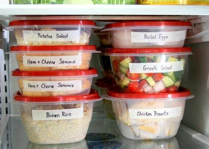 Thực phẩm chế biến được đựng trong hộp riêng, có ghi tên giúp bạn cầm nắm thuận tiện hơn