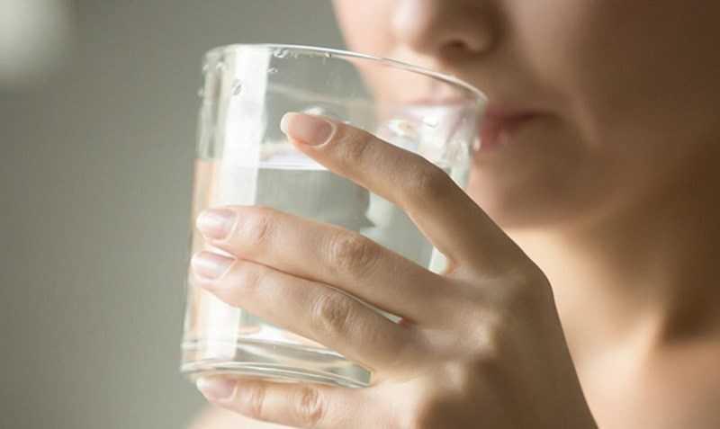 Uống nước để điều trị táo bón