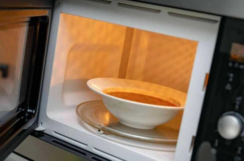 hâm nóng súp trong lò vi sóng