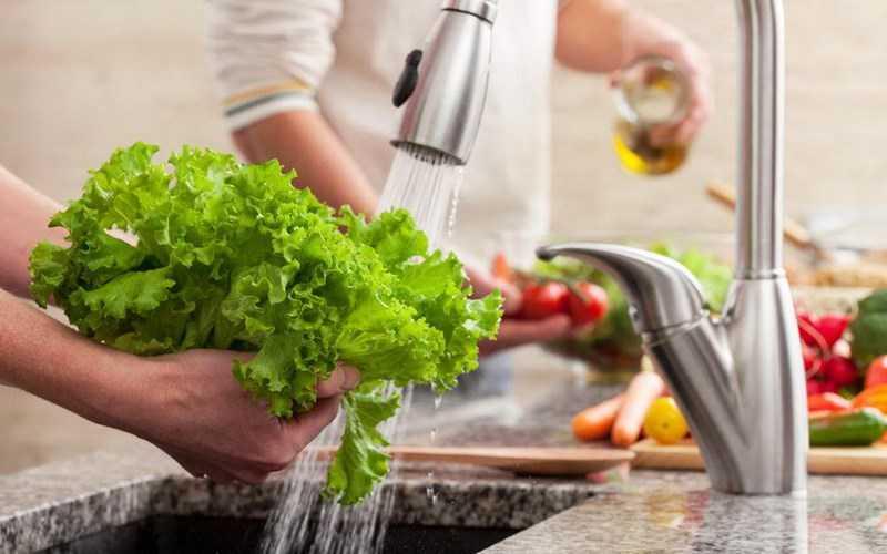 Rửa trái cây và rau quả kỹ lưỡng
