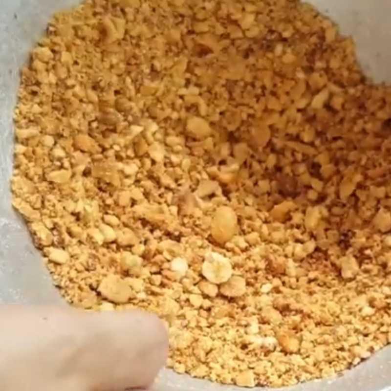 Bước 2 Giã nh� đậu phộng rồi rang muối Muối đậu phộng