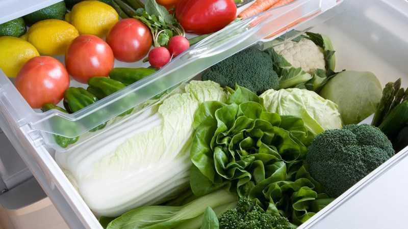 sắp xếp thực phẩm vào ngăn tủ lạnh