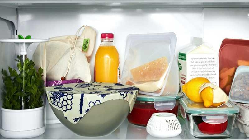 sắp xếp thực phẩm trên kệ trên cùng của tủ lạnh