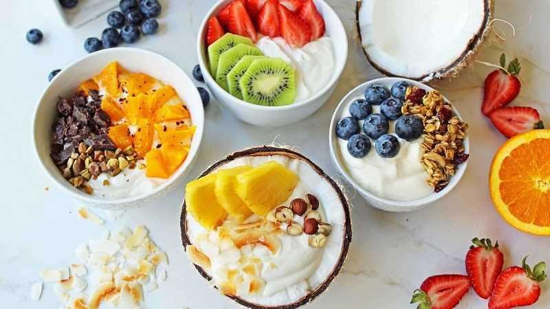 Ăn sữa chua và hạt trái cây khô sau khi tập thể dục
