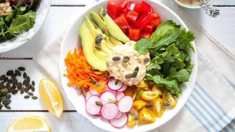 Hummus làm nước sốt salad