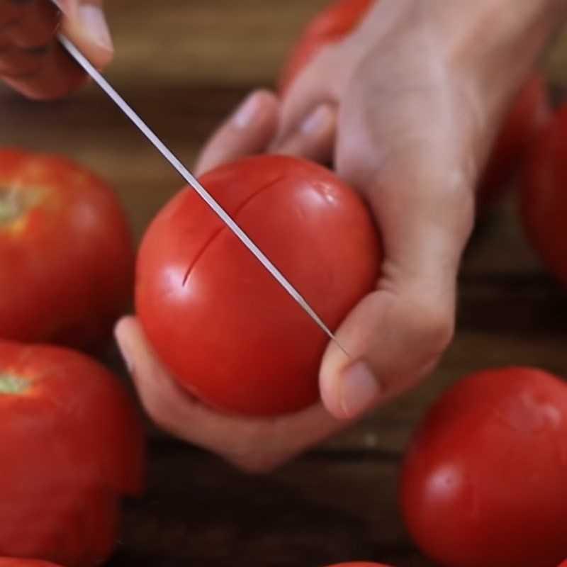 Bước 2 Luộc và lột v� cà chua Sốt cà chua
