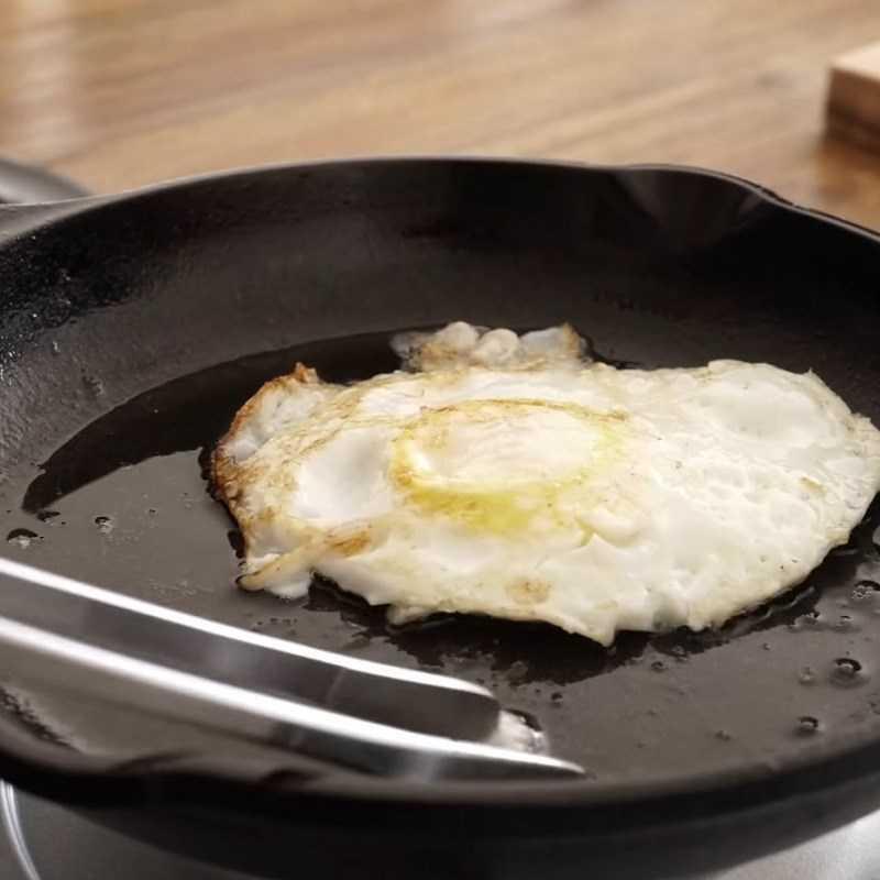 Bước 2 Chiên trứng và giăm bông Kimbap