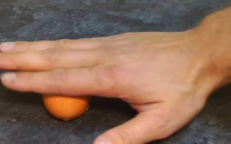 Đặt quả trứng và di chuyển lên xuống cho đến khi lớp vỏ nứt ra.