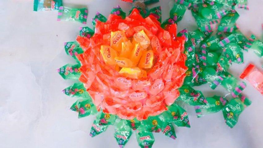 Làm hoa sen bằng kẹo oishi