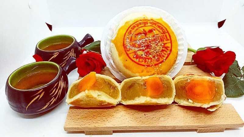 Bánh pía sầu riêng trứng muối