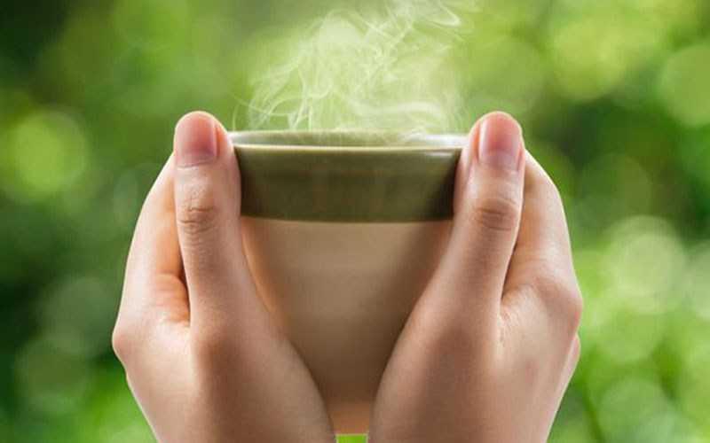 Uống nước ấm hoặc nhiệt độ phòng