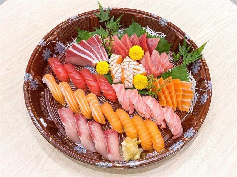 một khay sashimi đầy màu sắc