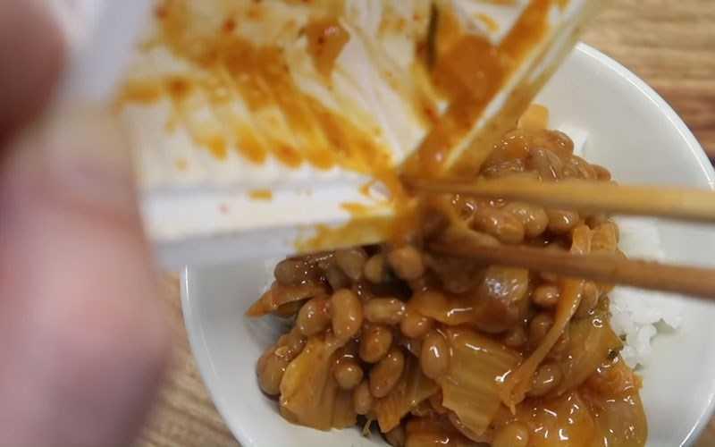 Trộn đ�u kim chi và natto