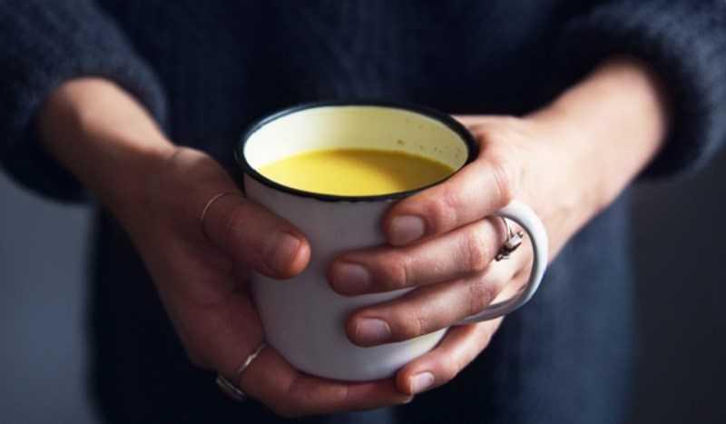 Pha và uống sữa nghệ khi còn ấm