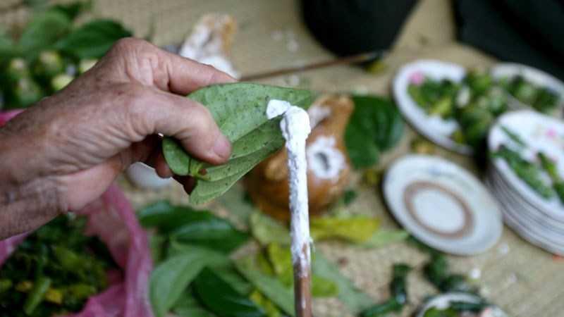 Làm sạch cá bống bằng vôi ăn trầu